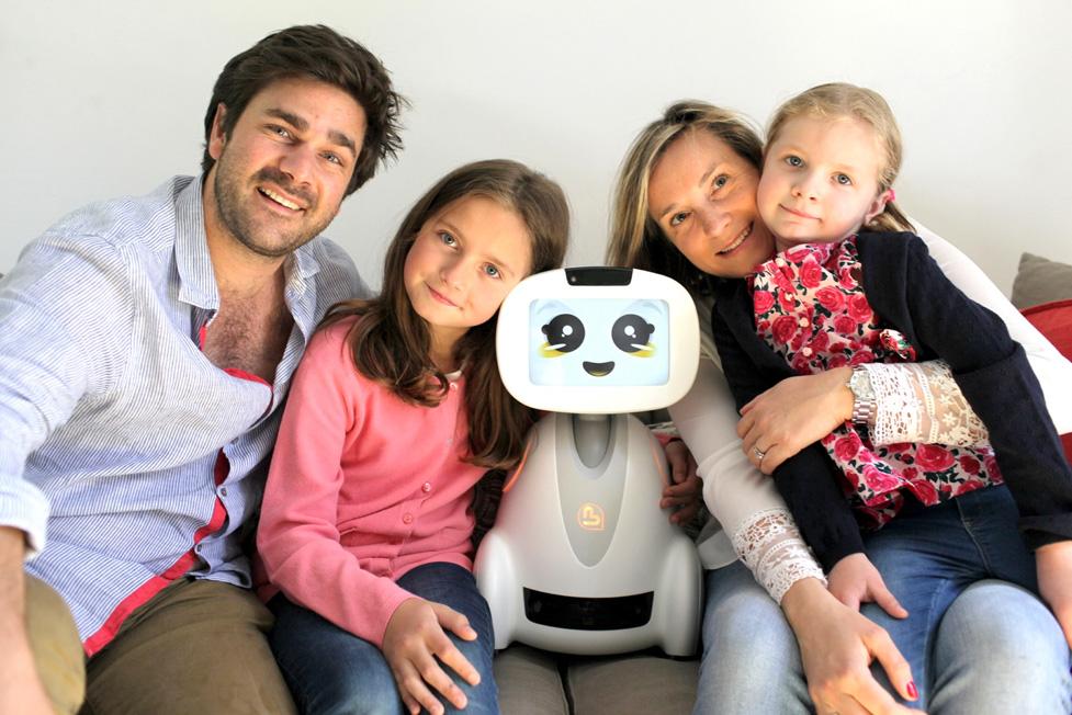 le robot français Buddy entouré d'une famille